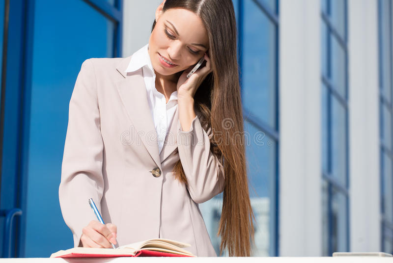 年轻美丽的女商人在工作 免版税图库摄影
