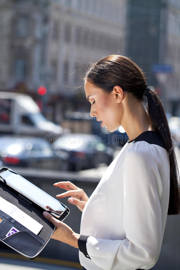 美丽的女商人读书笔记薄 库存图片