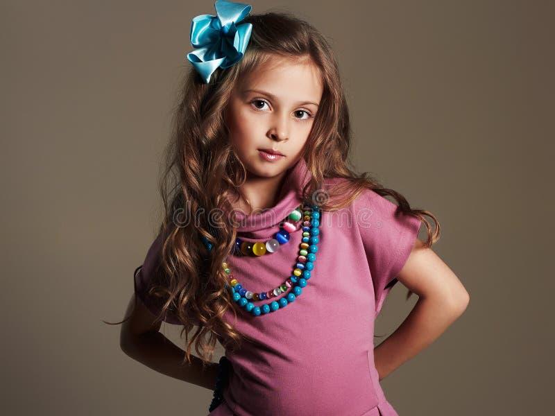 美丽的女孩一点 相当礼服和花的小夫人在健康头发 库存图片