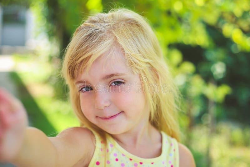 美丽的女孩为照相她的自已 免版税库存照片