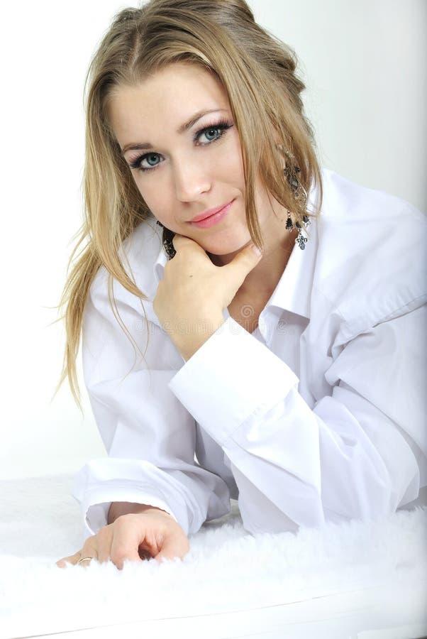 美丽的女孩位于人s衬衣年轻人 免版税库存照片