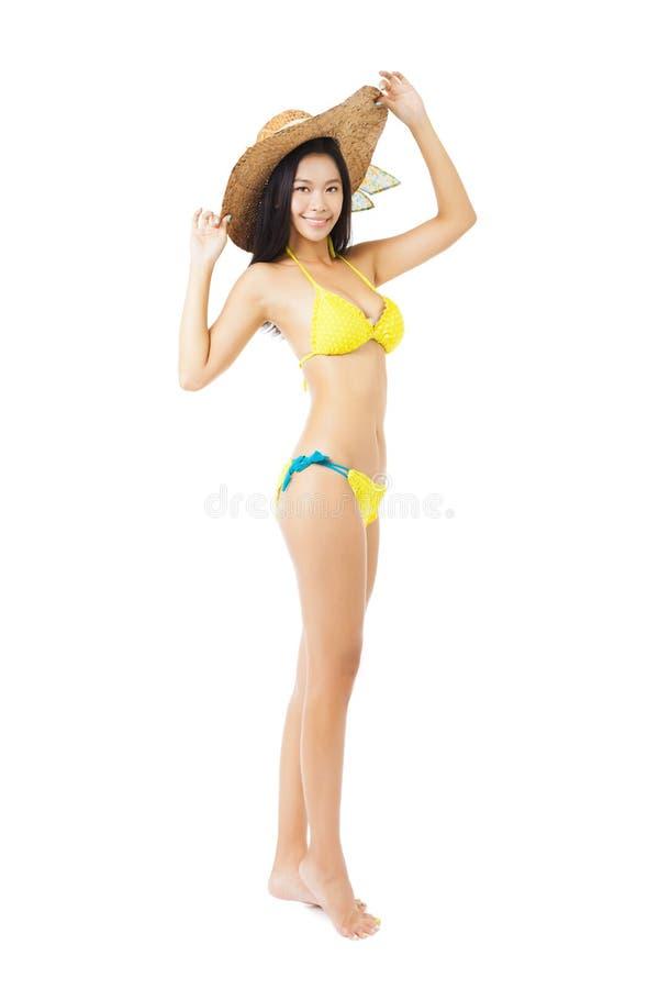 美丽的女孩佩带的夏天帽子和比基尼泳装 免版税库存图片