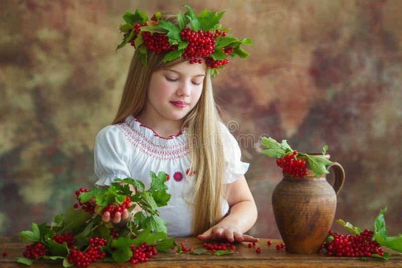 美丽的女孩佩带的秋天花圈 免版税库存照片