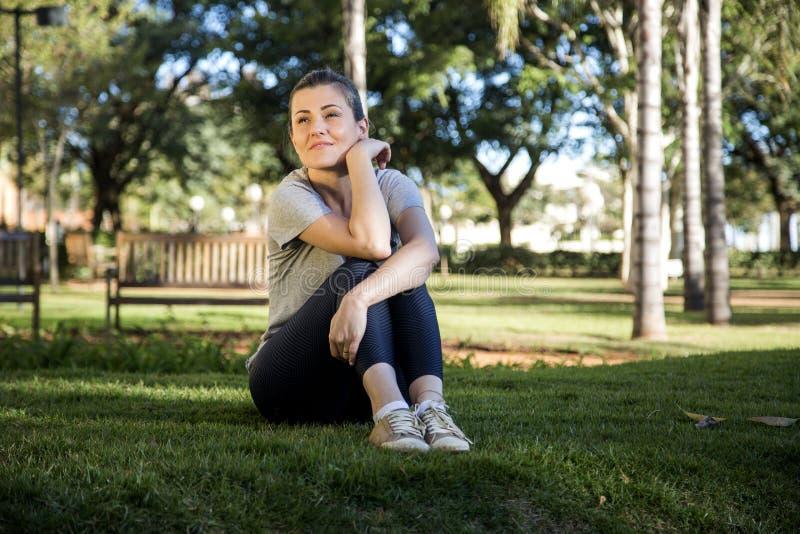 美丽的女孩公园纵向 图库摄影