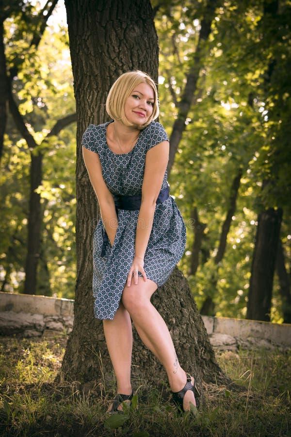 美丽的女孩公园 免版税库存照片