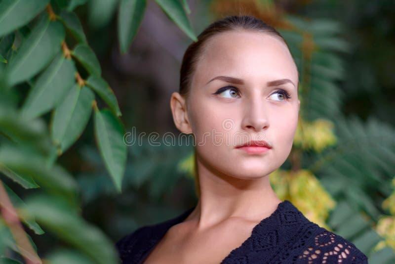 美丽的女孩公园 免版税图库摄影