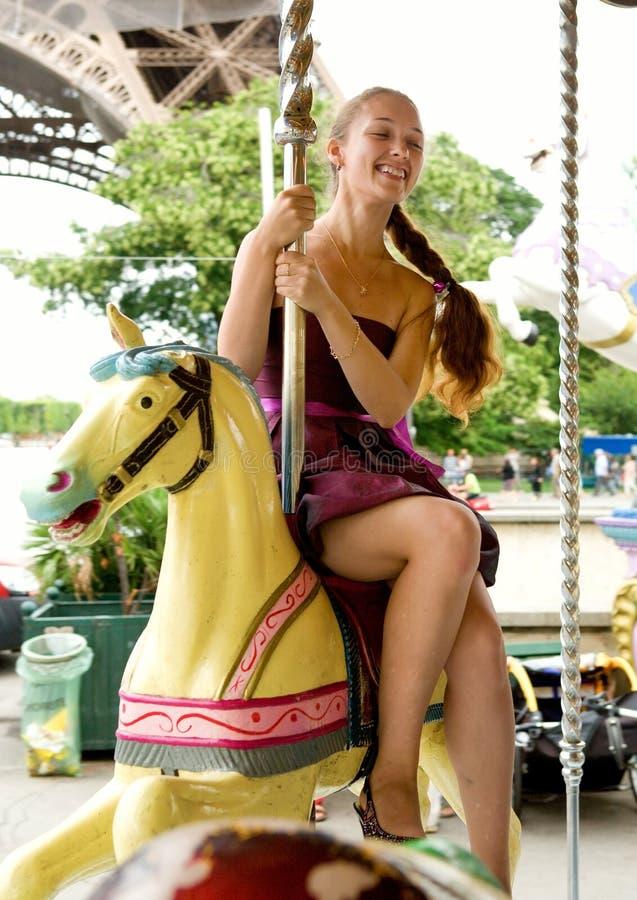 美丽的女孩去与巴黎人来回年轻人结&# 免版税库存图片