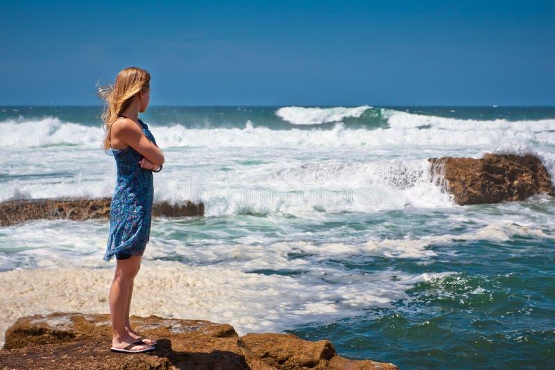 美丽的女孩发怒的海运风暴 免版税库存照片