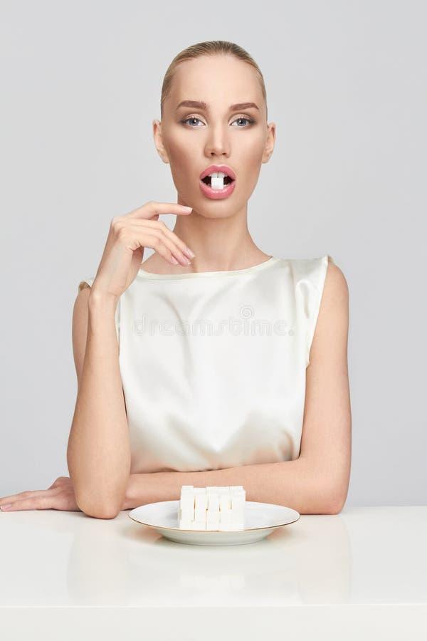 美丽的女孩吃糖 库存图片