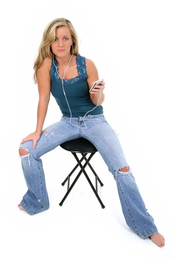 美丽的女孩听的音乐青少年 免版税库存照片