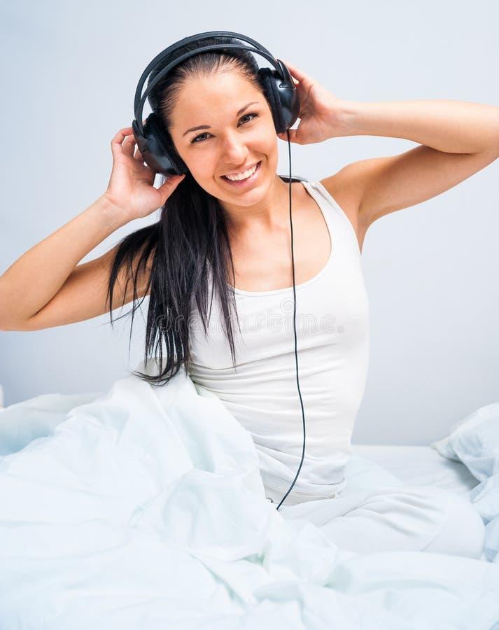 美丽的女孩听的音乐 库存图片