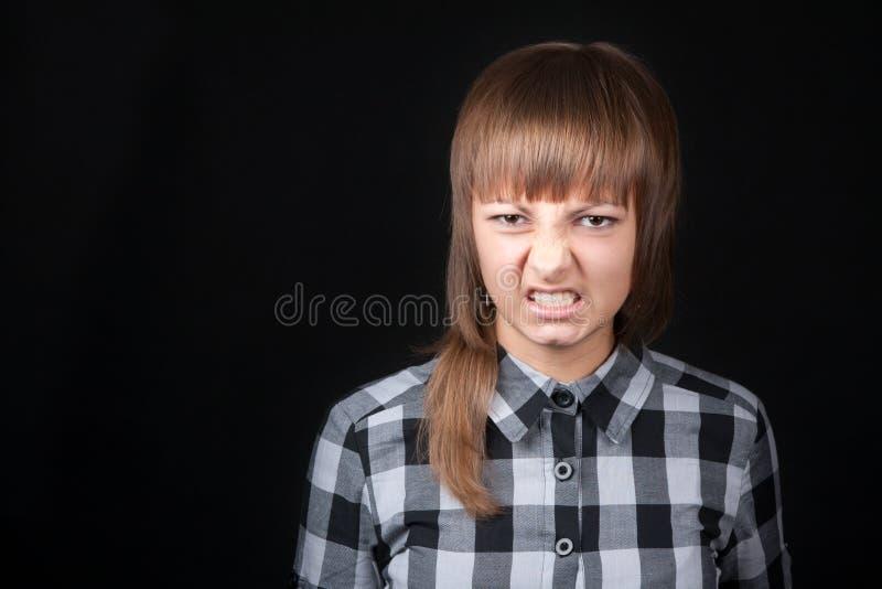 美丽的女孩咆哮年轻人 免版税库存照片