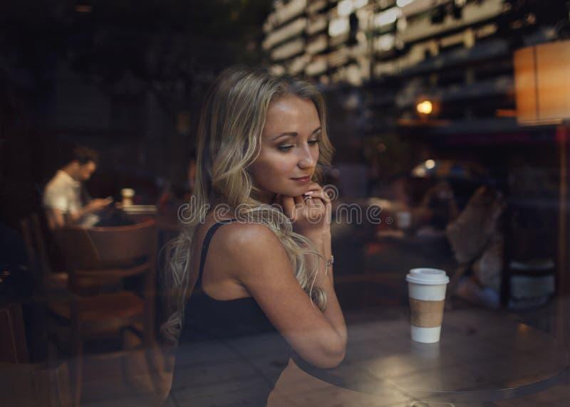 美丽的女孩和人咖啡馆的 由别人安排的男女初次会面 库存照片