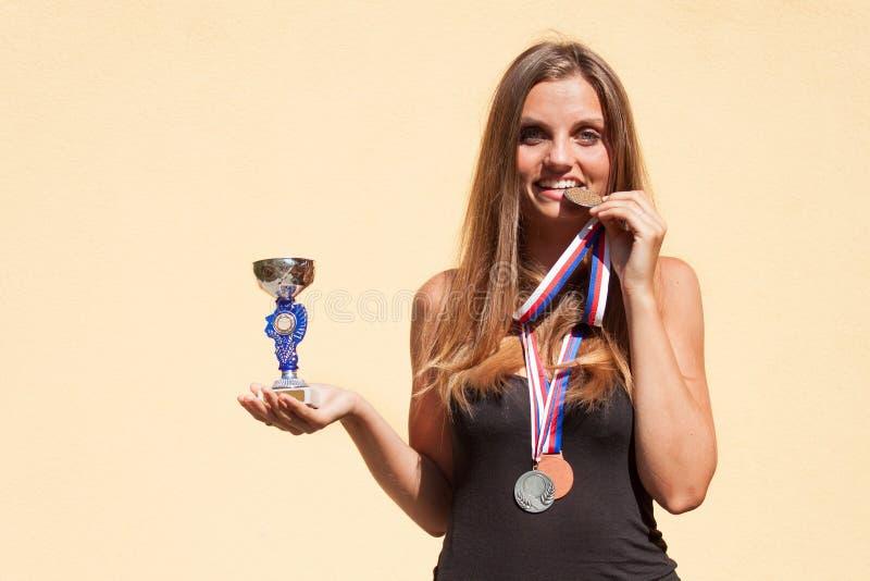 美丽的女孩和体育奖牌 体育冠军 体育成就的奖 库存照片