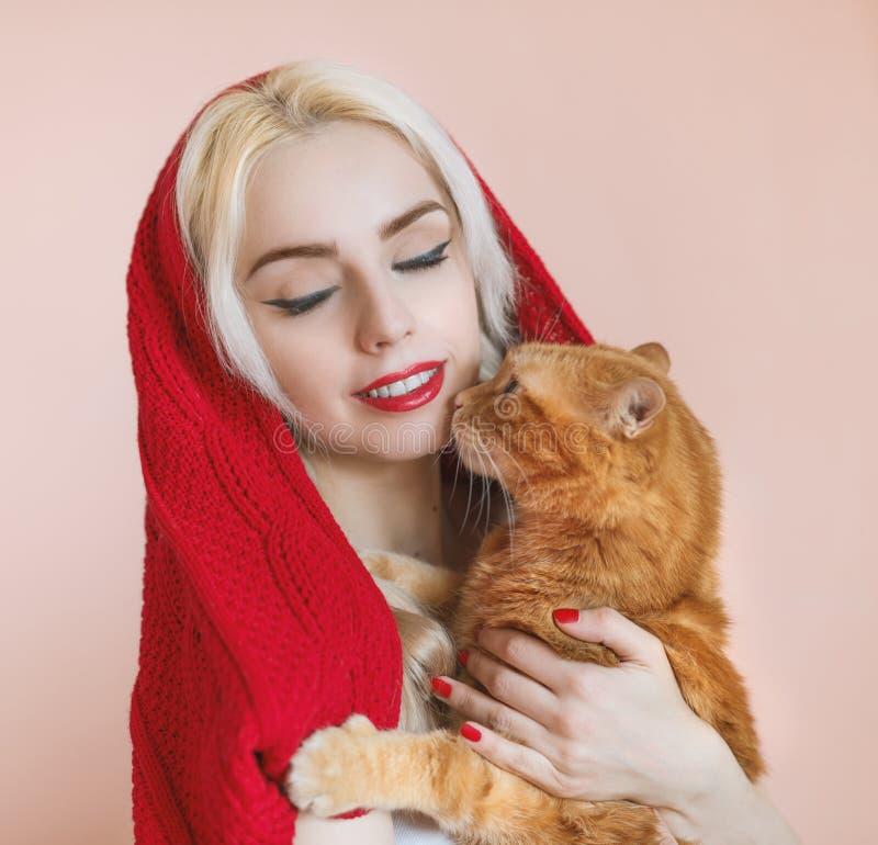 美丽的女孩和她的猫 免版税库存照片
