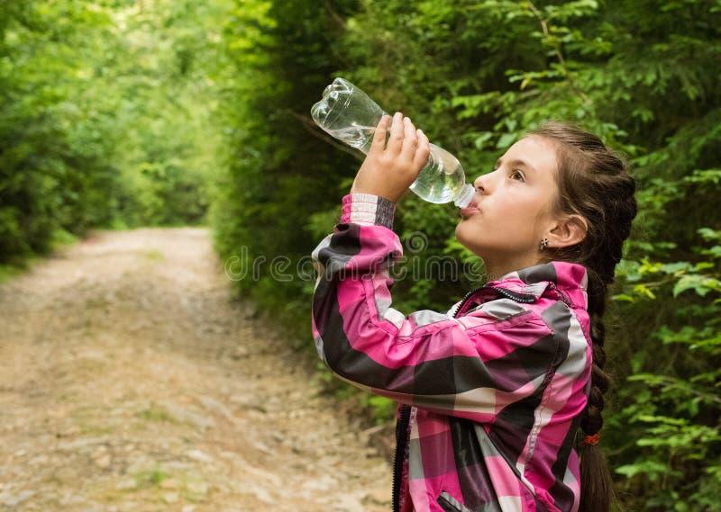 美丽的女孩喝水 免版税库存照片