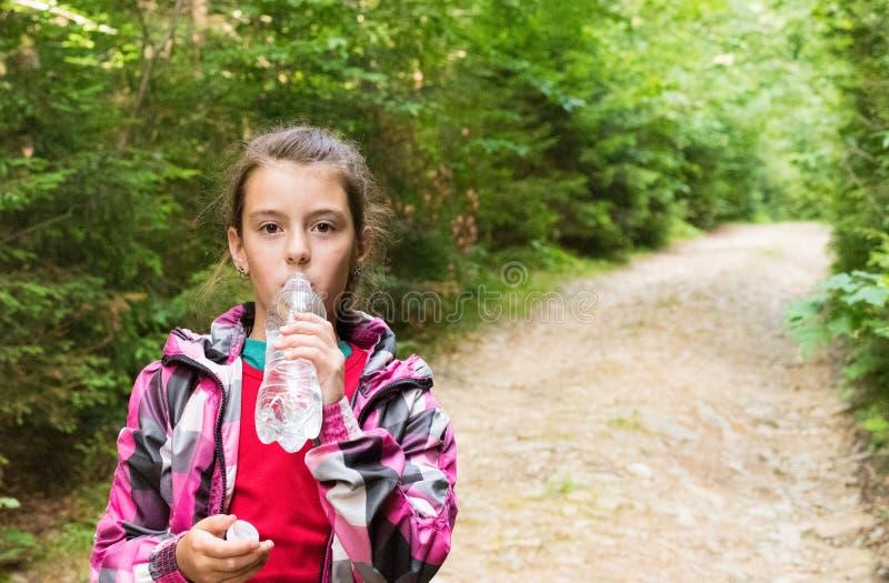 美丽的女孩喝水 免版税图库摄影