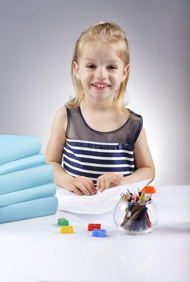 美丽的女孩图画画象与五颜六色的铅笔的 免版税库存照片