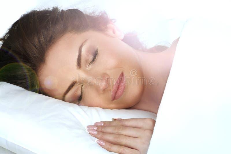 年轻美丽的女孩在卧室睡觉 免版税库存照片