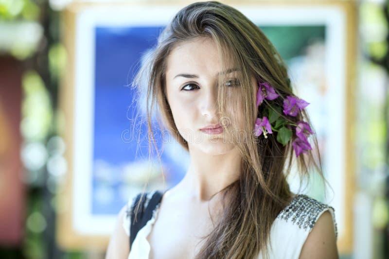 美丽的女孩在摆在街道的阿马飞的波西塔诺 免版税库存图片