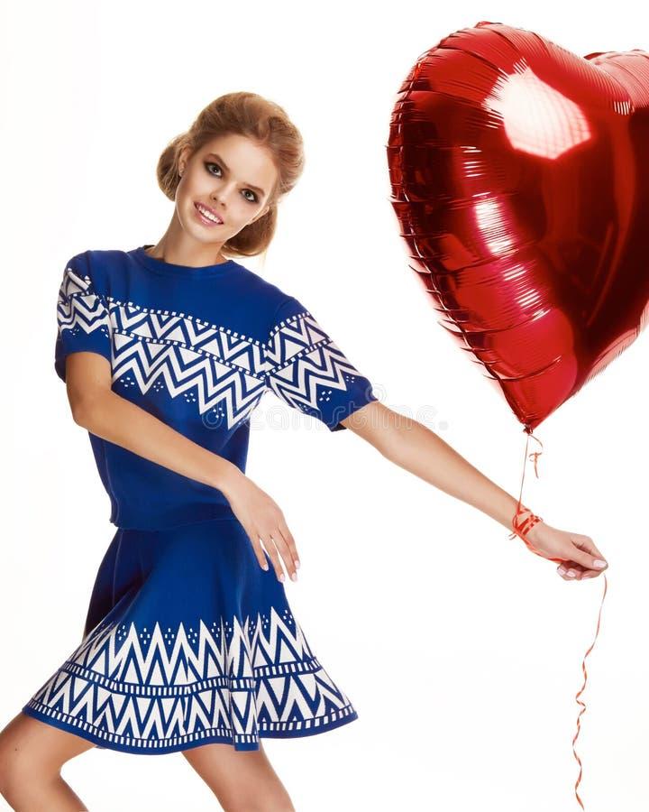 美丽的女孩在晚礼服baloon红色心脏华伦泰` s天 免版税库存照片