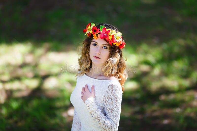 美丽的女孩在森林里 免版税库存图片