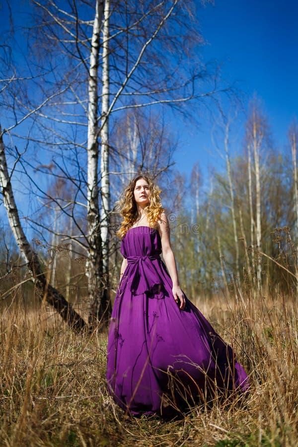 美丽的女孩在森林里 免版税图库摄影