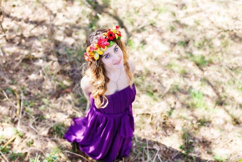 美丽的女孩在森林里 免版税库存照片