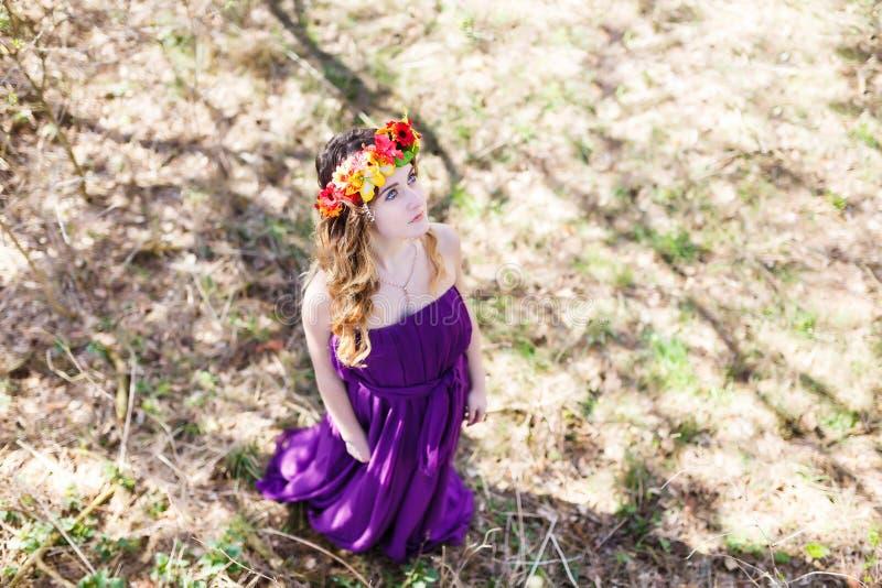 美丽的女孩在森林里 库存图片
