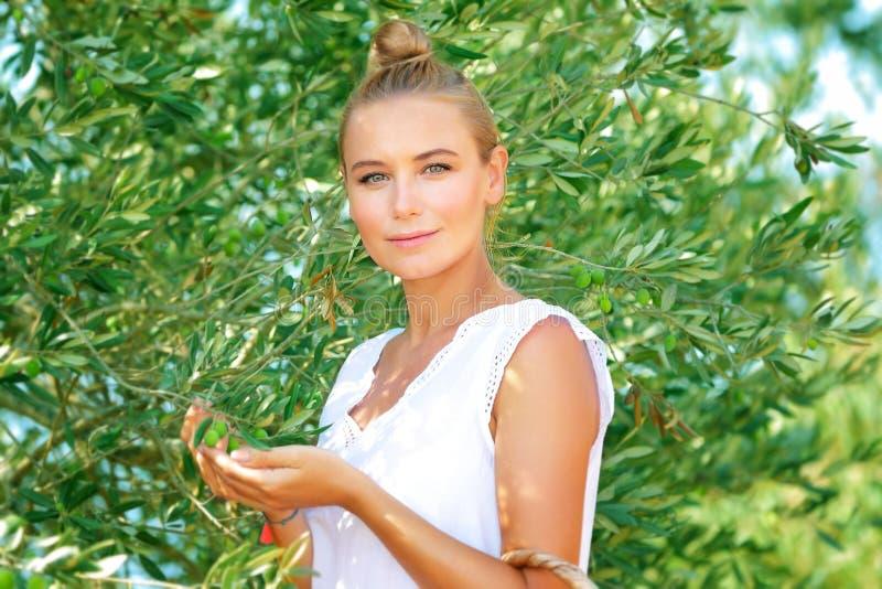 美丽的女孩在橄榄色的庭院里 免版税库存图片