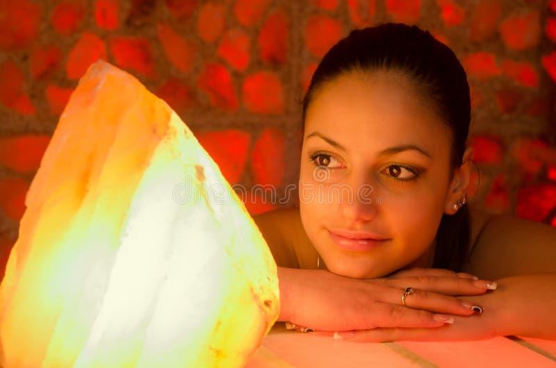 美丽的女孩在盐屋子 图库摄影