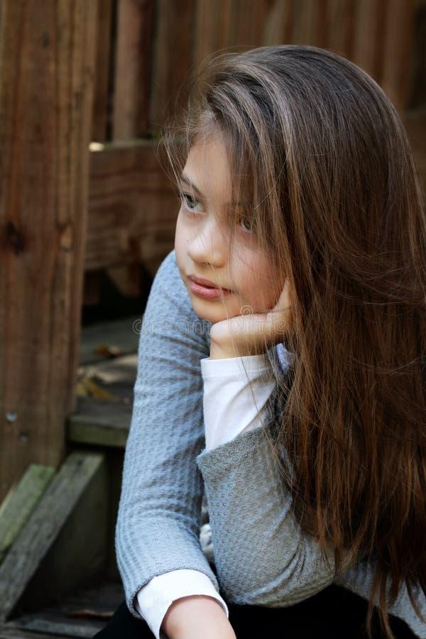 美丽的女孩坐步 库存照片