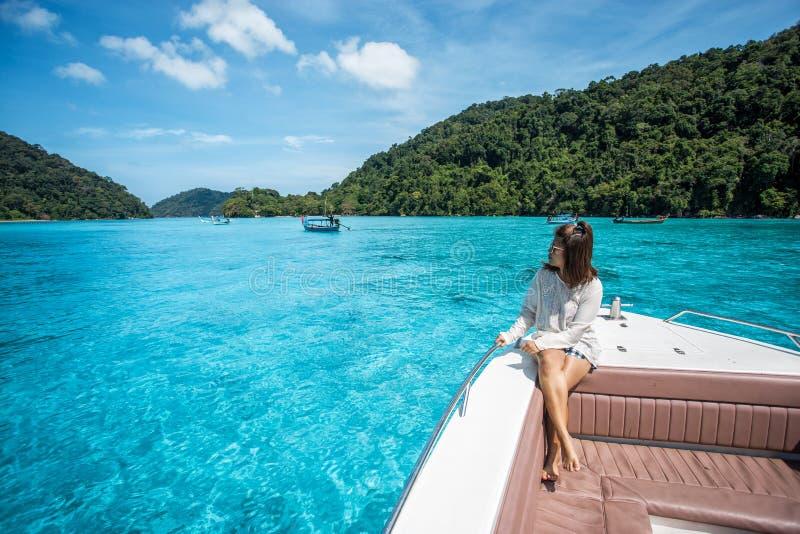 美丽的女孩坐顶头速度小船 免版税库存照片