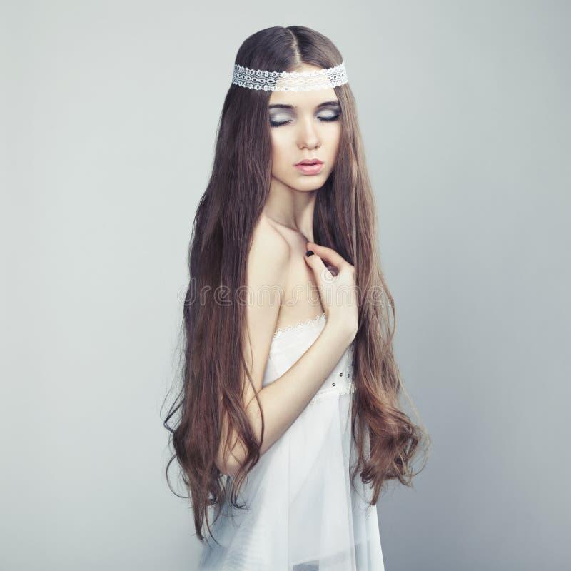 美丽的女孩头发纵向波浪年轻人 库存图片