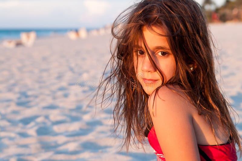 美丽的女孩头发被点燃的长的日落 免版税库存图片