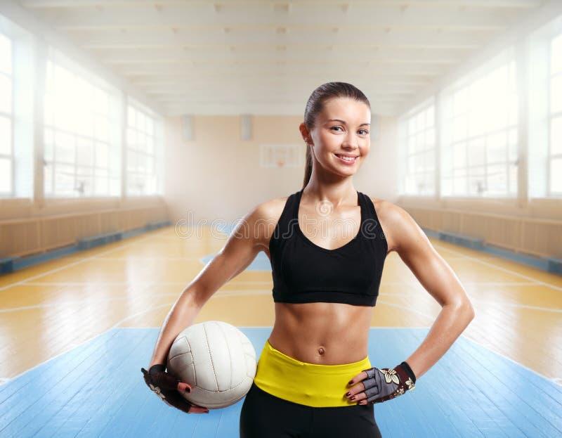 年轻美丽的女孩室内在排球比赛spo 免版税库存照片