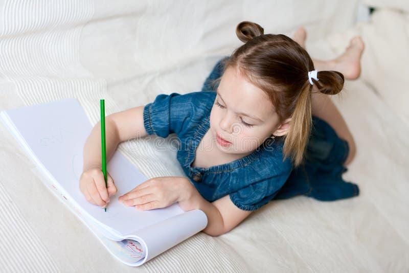 美丽的女孩少许绘画 免版税库存图片