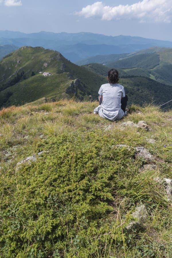 美丽的女孩山 特罗扬巴尔干的一个难以置信的看法 山着迷与它的秀丽,新鲜空气 图库摄影