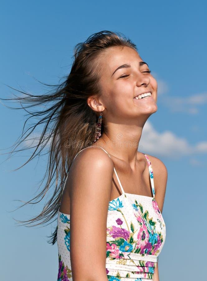 美丽的女孩微笑的年轻人 免版税库存图片
