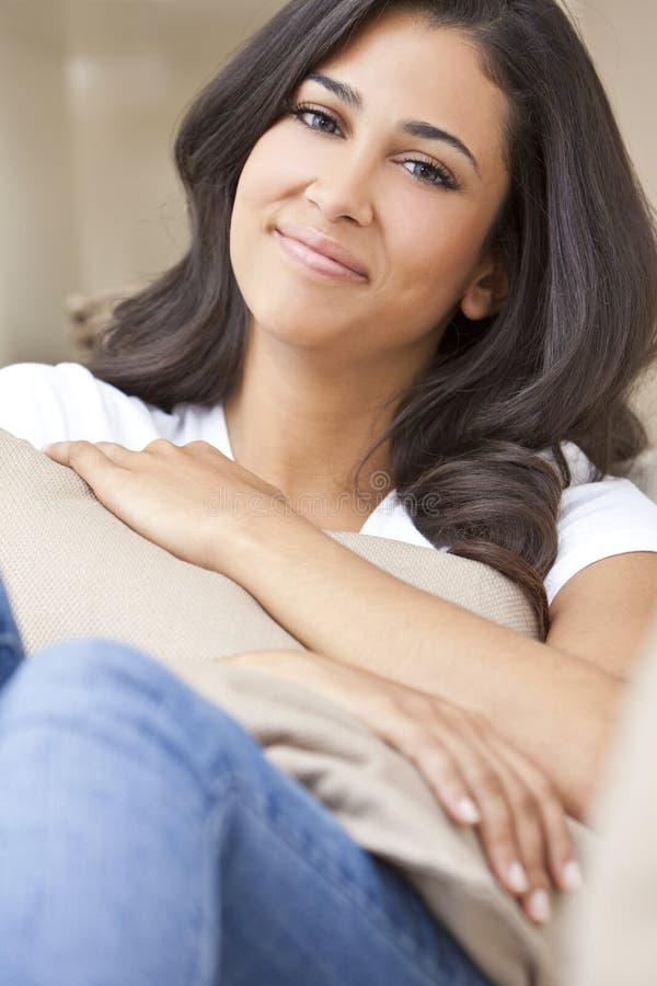 美丽的女孩愉快的西班牙微笑的妇女&# 免版税库存图片