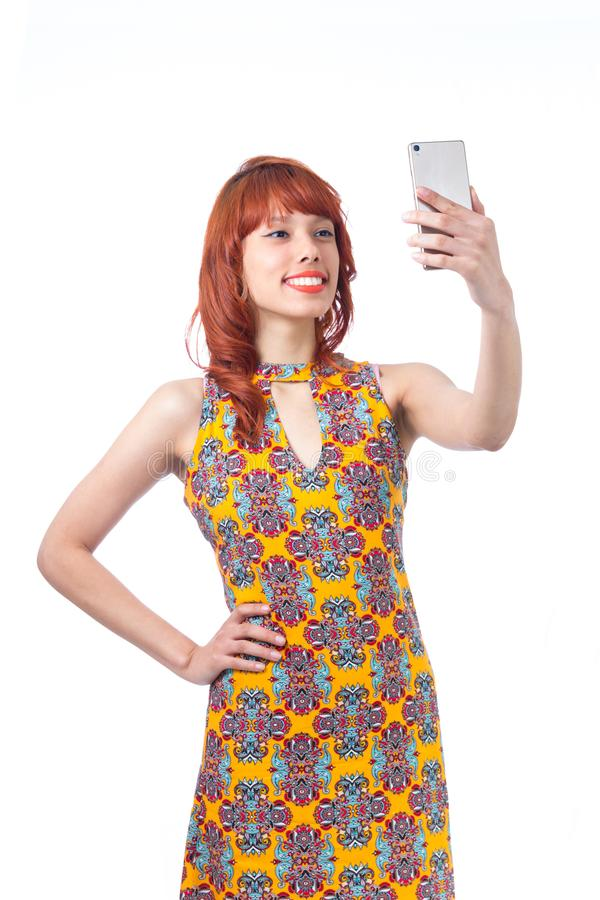 美丽的女孩拍摄她的秀丽 Selfie 年轻redhea 免版税库存照片