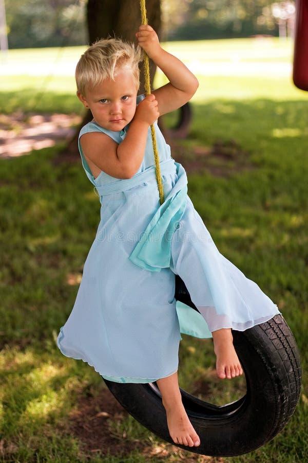 美丽的女孩摇摆轮胎 库存照片