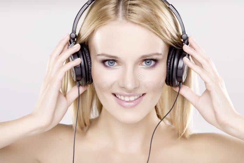 Download 美丽的女孩是听到音乐 库存图片. 图片 包括有 beautifuler, 楼层, 放血, 音乐, 眼影膏 - 22356511