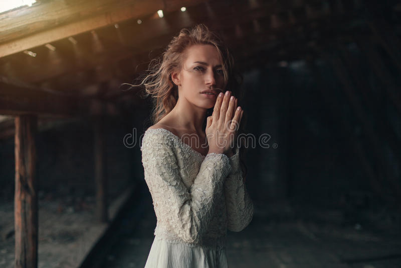 美丽的女孩有摆在顶楼的卷发的白色葡萄酒礼服的 礼服减速火箭的妇女 担心的肉欲的情感 Retr 免版税库存图片