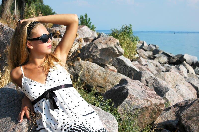 美丽的女孩海运 免版税库存照片