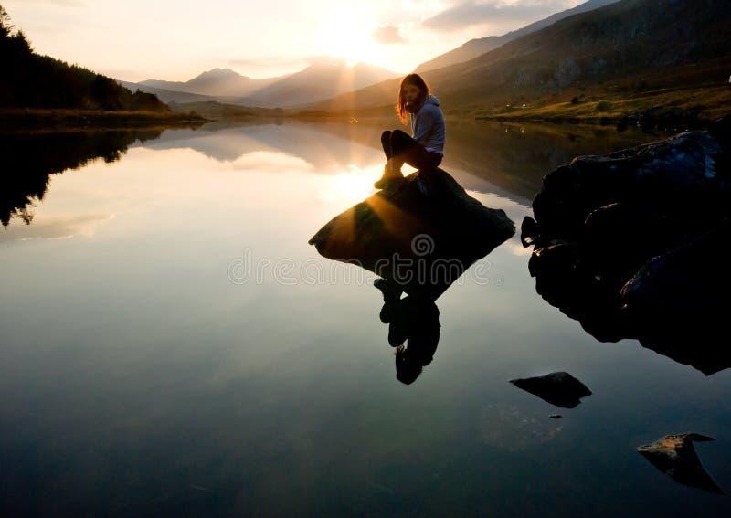 美丽的女孩湖山 免版税库存图片