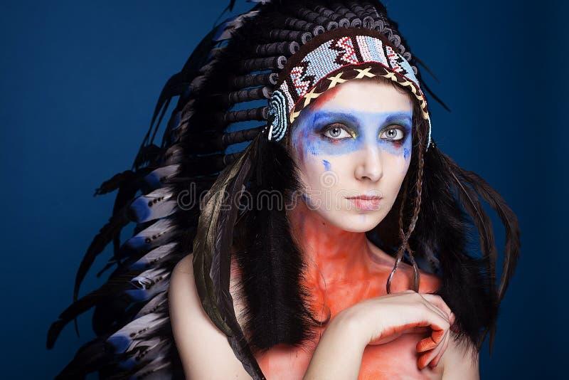 美丽的女孩演播室画象与做佩带的种族印地安蟑螂 库存照片
