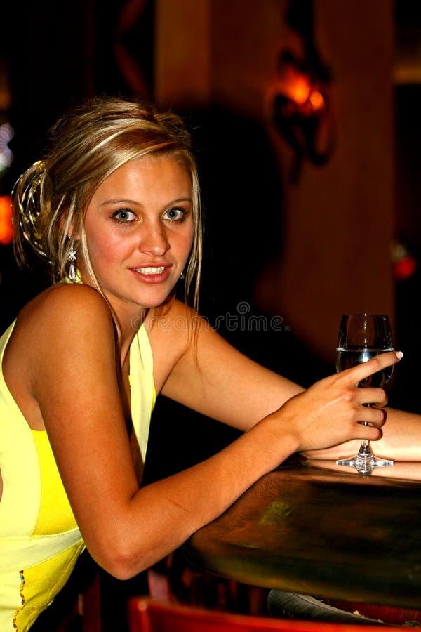 美丽的女孩玻璃当事人酒 图库摄影