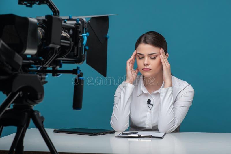 美丽的女孩电视新闻广播员非常疲乏 库存照片
