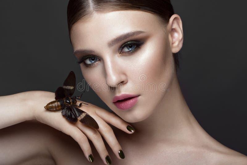 美丽的女孩画象有五颜六色的构成和蝉的 秀丽表面 免版税库存图片